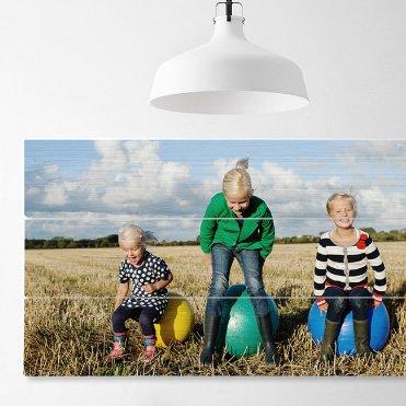 Foto op hout van je kinderen als wanddecoratie